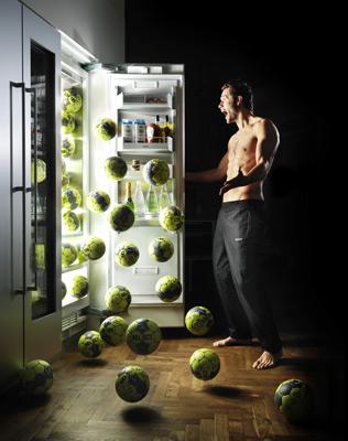 Мячи Select, падающие из холодильника